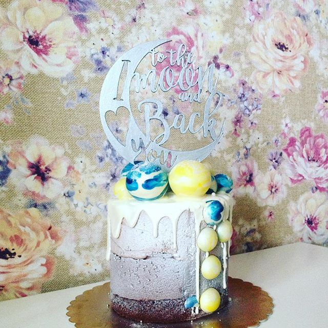 Наконец-то у меня есть с чем сфотографировать топпер! 😝 Это торт от @popechem на день рожденья моего любимого мужа 💖🎈 Тортик очень красивый и наверняка вкусный, но попробуем его мы только вечером, когда именинник приедет с работы 🏃🏻 Такой топпер можно заказать в любом цвете, цена 500₽ Для заказа пишите в Директ.