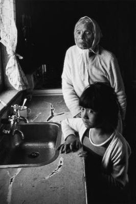 Tiraha Cooper and her great-granddaughter, Waikato -1970, marti friedlander