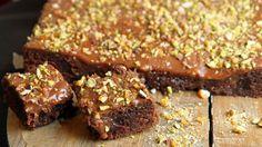 Lise Finckenhagen lager sjokoladekake i langpanne med mye god glasur. Hun bruker 200 gram sjokolade i glasuren.