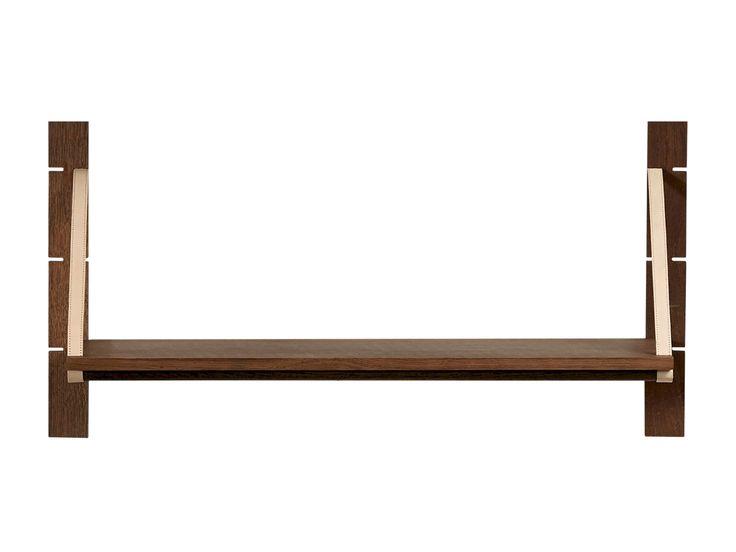 Strap er en af vores nye væghylder. Den kan gøre en tom plads på væggen til et fantastisk sted, hvor du kan opbevare og vise dine ting frem. Er det ikke sjovt, hvordan en fast bagskinne og justerbare hylder med læderstropper kan gøre en hylde til noget der er værd at se på?
