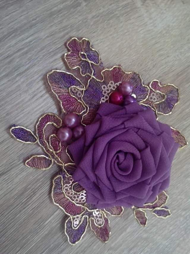 model brooch brokat - Google Search