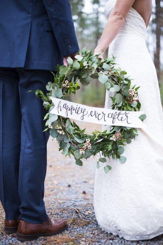 The Best Christmas Wedding Flowers for that Festive Feel - Wedding wreath   CHWV