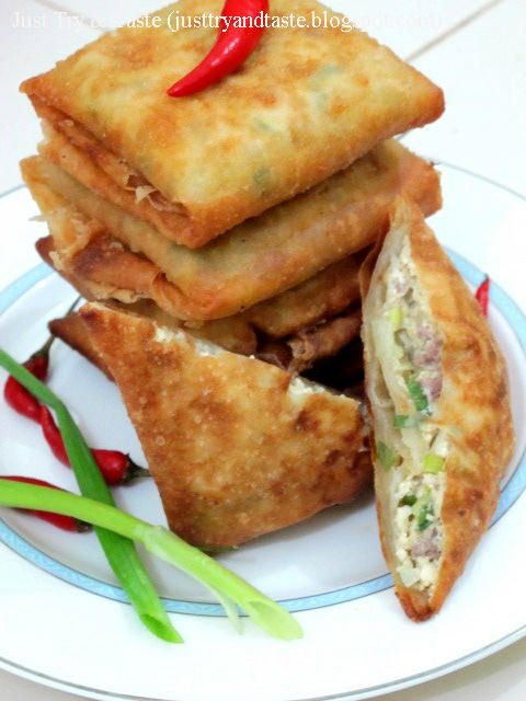 Martabak Tahu - Daging CincangMaterials: - 350 grams know white, minced - 200 grams of minced beef - 30 pieces of ready-made skin risoles diameter + 20 cm - 2 chicken eggs - 3 stalks spring onions finely sliced - Oil for frying Spices: - 1 small onion, coarsely chopped - 4 cloves garlic, finely chopped keprak and - 1 teaspoon ground pepper - 1 teaspoon instant bouillon - 1 1/2 teaspoon salt - 1 tablespoon oil for frying