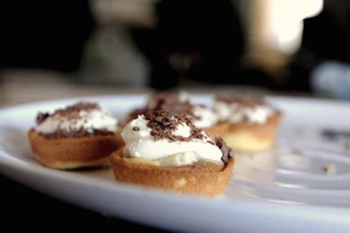Easy Banoffee Tartlets! If you're a rookie in the kitchen, these are an easy dessert for your next dinner party