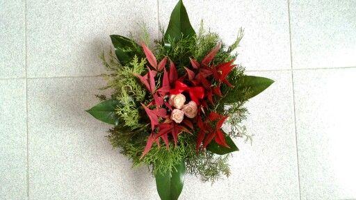 Composizione natalizia con rose