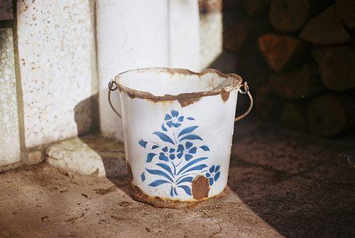 valscrapbook:  o balde by Joana Rosa Bragança on Flickr.