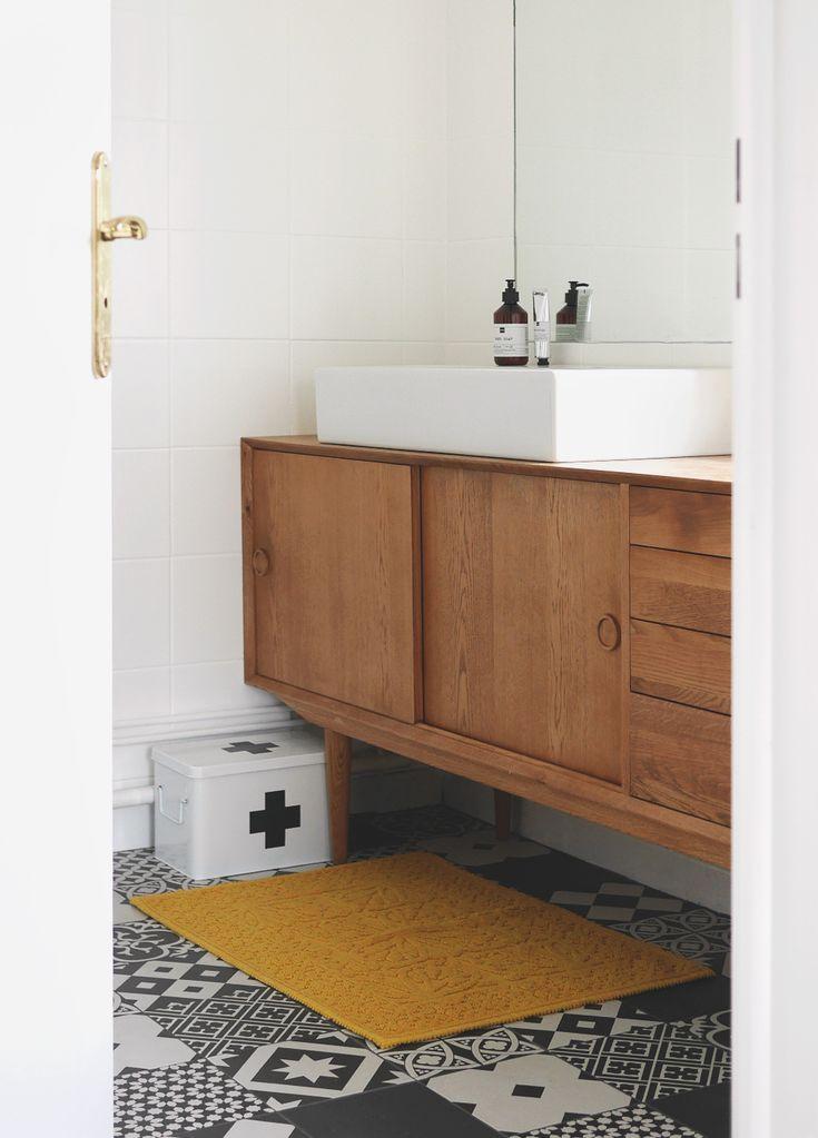 La salle de bain / carreaux de ciment & buffet scandinave – Le chien à taches