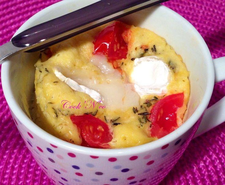 Ingrédients : 1 oeuf 1 pincée de sel 1 pincée de poivre 1 cuillère à soupe de crème fraîche 3 cuillères à soupe d'huile d'olive 6 cuillères à soupe de farine 3/4 d'une cuillère à café de levure 2 cuillères à soupe de fromage de chèvre (type bûche) 3 tomates...