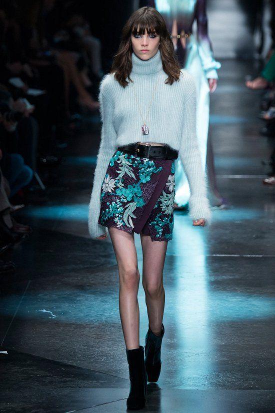Анималистические принты, бахрома, кожа, блестки – все это узнаваемые и характерные черты моделей Роберто Кавалли. Прослеживаются они и в новой коллекции Roberto Cavalli осень-зима 2015-2016 – в соблазнительных мини-платьях и