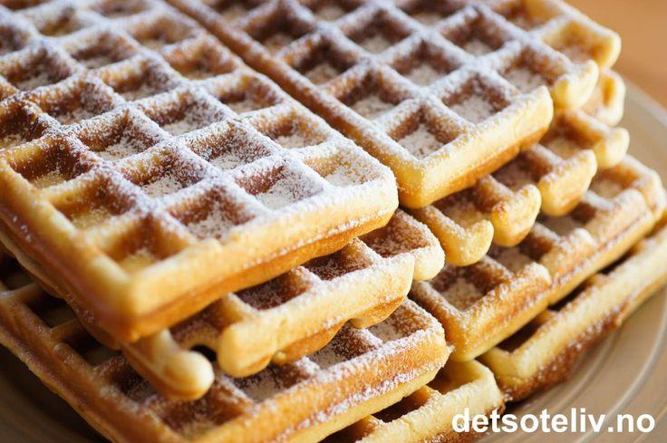 """""""Belgiske vafler"""" er verdens mest populære vafler!!! Klassiske """"Belgiske vafler"""" lages som regel med gjær, og du finner flere slike oppskrifter her på detsoteliv.no, men her har du altså en variant som lages uten gjær. Oppskriften inneholder mye smør og sukker, som gir søte, seige og litt kompakte vafler - akkurat slik de skal være Serveres nystekte, gjerne med vaniljeis og friske bær!"""