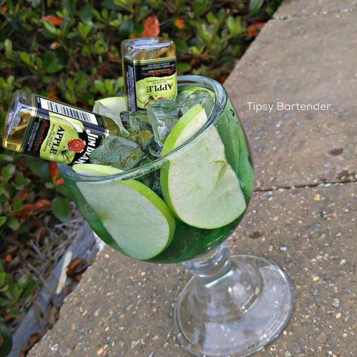 American Leprechaun Cocktail - For more delicious recipes and drinks, visit us here: www.tipsybartender.com