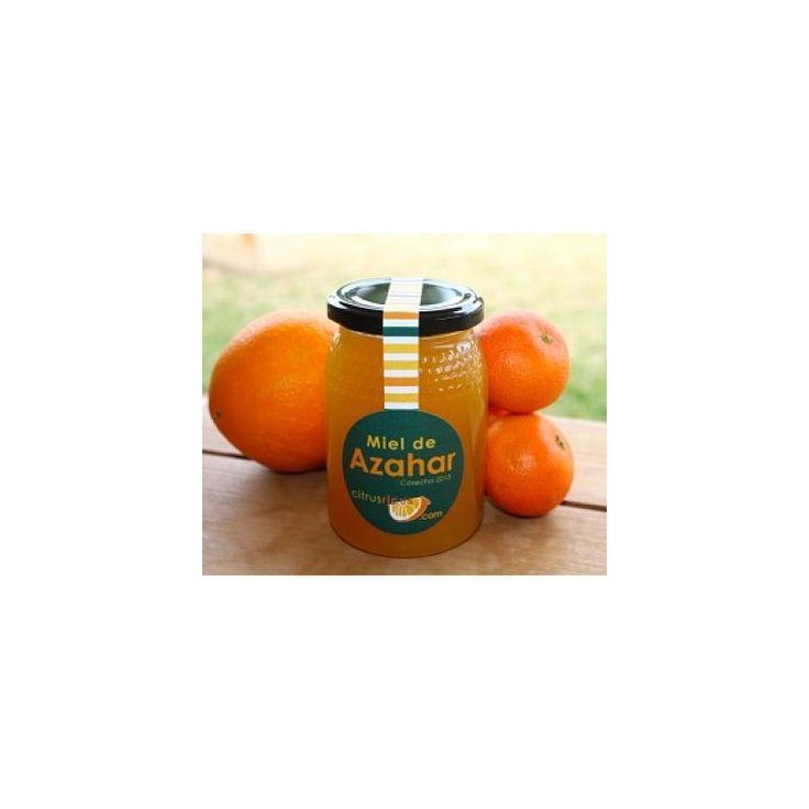 Dieser naturreine Orangenblütenhonig wird keinen Verfeinerungsprozessen unterzogen, er wird nur gefiltert, um eventuelle Unreinheiten zu entfernen. Er wird weder pasteurisiert noch mit anderen Produkten gemischt. Der Honig unserer Orangenbäume zeichnet sich durch ein mildes, zartes Blütenaroma aus. Dieser Honig ist so, als ob Sie ihn selbst den Waben entnommen hätten!