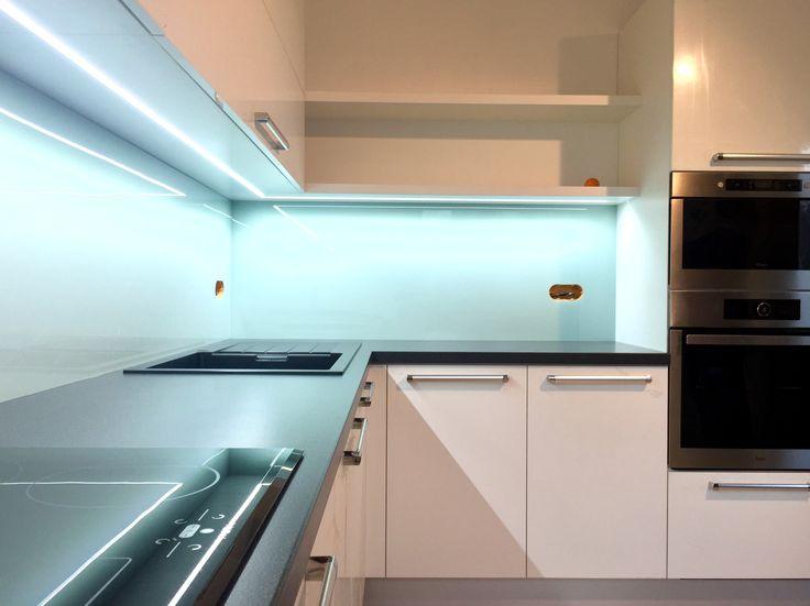 Skleněné pozadí Moderní kuchyň Rauvisio crystal Bílý lesk Skleněný obklad Vysoký lesk