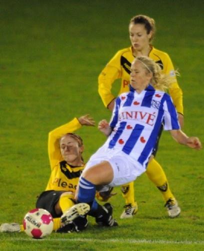 Het vrouwenteam van sc Heerenveen heeft vrijdagavond met 0-0 gelijkgespeeld op bezoek bij FC Twente, dat tweede staat in de Eredivisie vrouwen. FC Twente had het meeste balbezit, maar de beste kansen waren voor sc Heerenveen. Vlak voor rust kreeg de thuisploeg ook twee prima mogelijkheden, maar sc Heerenveen-keepster Jessica Jurg hield haar doel knap schoon.