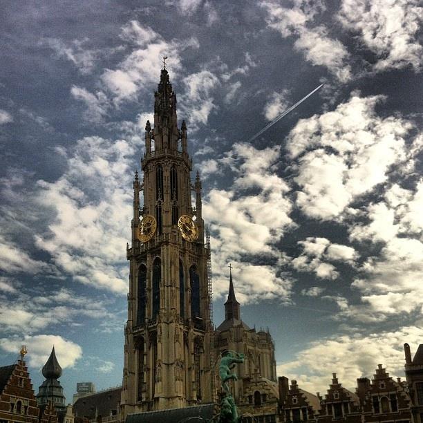 De Onze Lieve Vrouwekerk domineert de historische binnenstad van Antwerpen #beautiful #antwerpen #belgium #love #sky #clouds - @marcel_tettero- #webstagram
