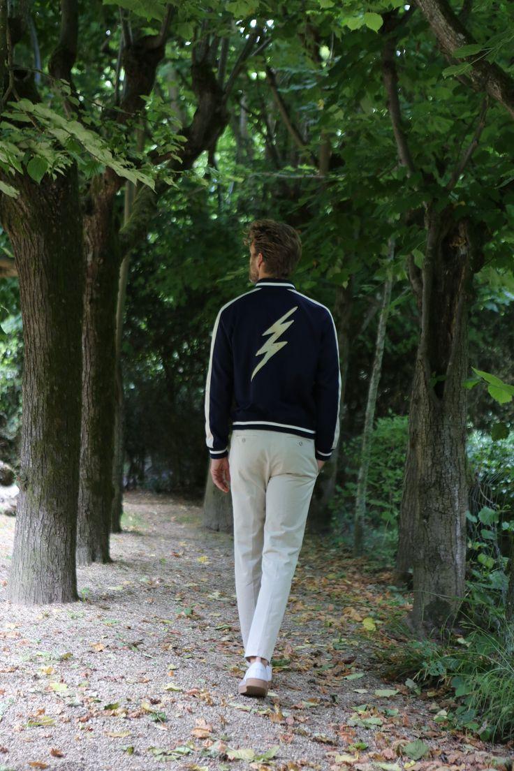 blouson classe en coton bleu marine, bord côte et bande oppo écru sérigraphie éclair dos pantalon en coton surteint beige