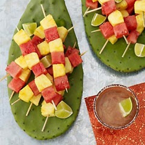 Fiesta party/Cinco De Mayo Party Love the idea to use Cactus as serving plates on a table