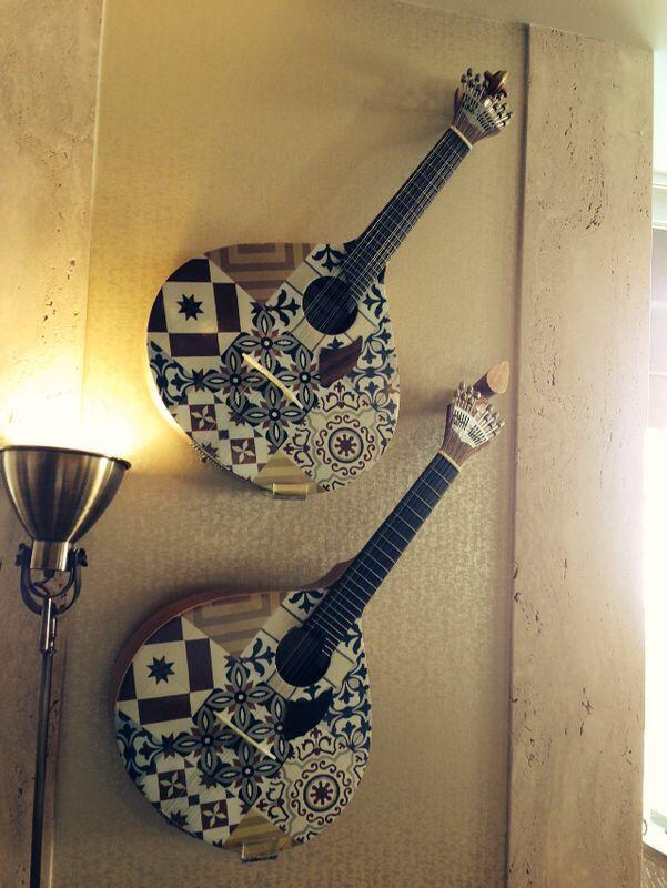 Guitarra Portuguesa de Lisboa, usada en los fados. Al estar tan cerca del foco, bien se nota que la tienen de adorno y que no le tienen ninguna estima :-(