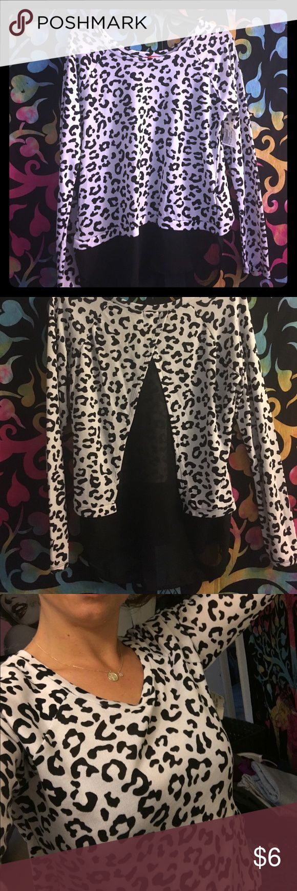 A long sleeved leopard print shirt Brand new long sleeved shirt with tags still attached! Black & white leopard print top that opens up in back cape style. Such a cute shirt and very comfy! Looks great with boots or a more casual look 😍 BONGO Tops Tees - Long Sleeve