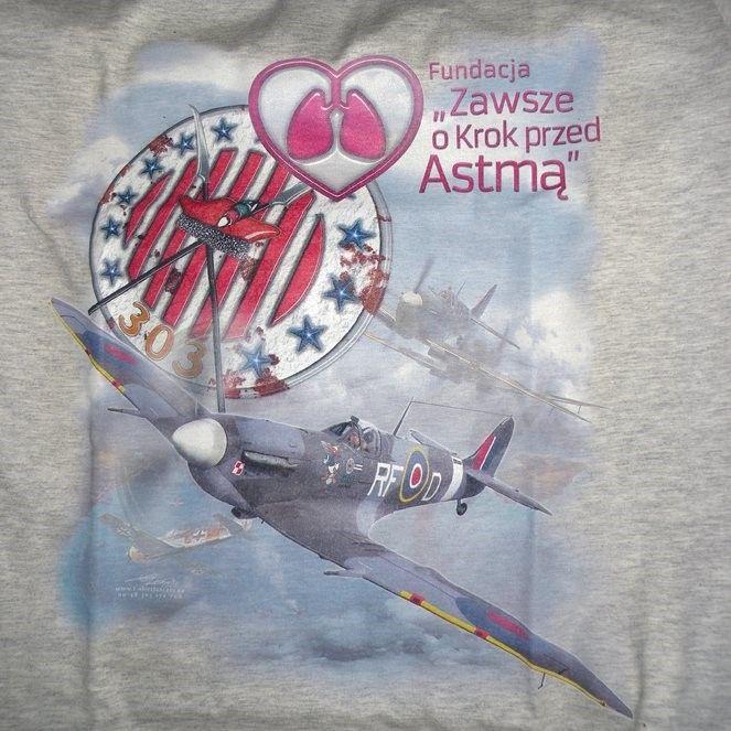 Możesz mieć taką koszulkę i być Ambasadorem Fundacji. Wejdź na stronę www.sklep.alergsova.pl. i kup koszulkę. Zakup każdej koszulki wspiera projekty edukacyjne Fundacji. Załóż koszulkę, zrób sobie zdjęcie i opublikuj. W ten sposób także wspierasz Fundację. #alergia #astma #fundacja #spitfire #air #airforce #tshirt