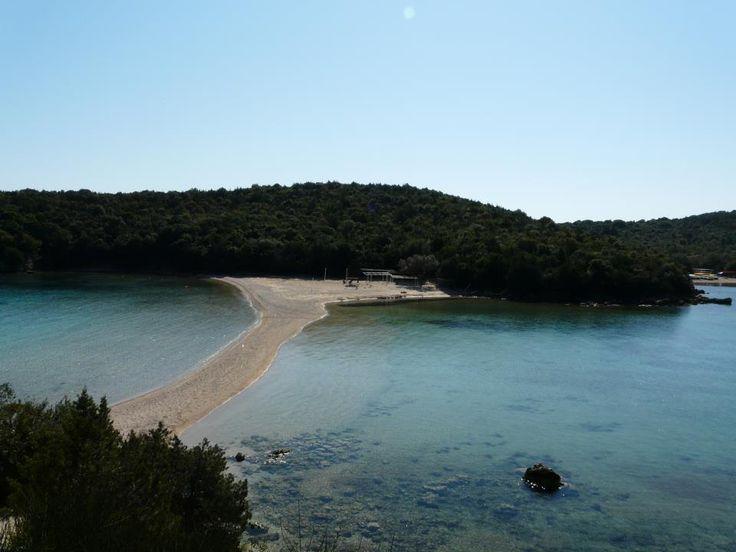 Bella Vraka beach Η παραλία βρίσκεται στο νησάκι Μουρτεμένο. Περνάτε στο νησί διασχίζοντας την θάλασσα με τα πόδια όπου το νερό φτάνει μέχρι το γόνατο.