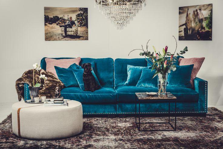 Blå Valen XL sammetssoffa. Sammet, soffa, rymlig, stor, låg, djup, nitar, silver, dun, vardagsrum, möbler, inredning.