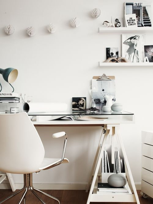 Workplace in white... Totally love it. It looks clean, nice, and invites you have peace during work. #whiteoffice #nice