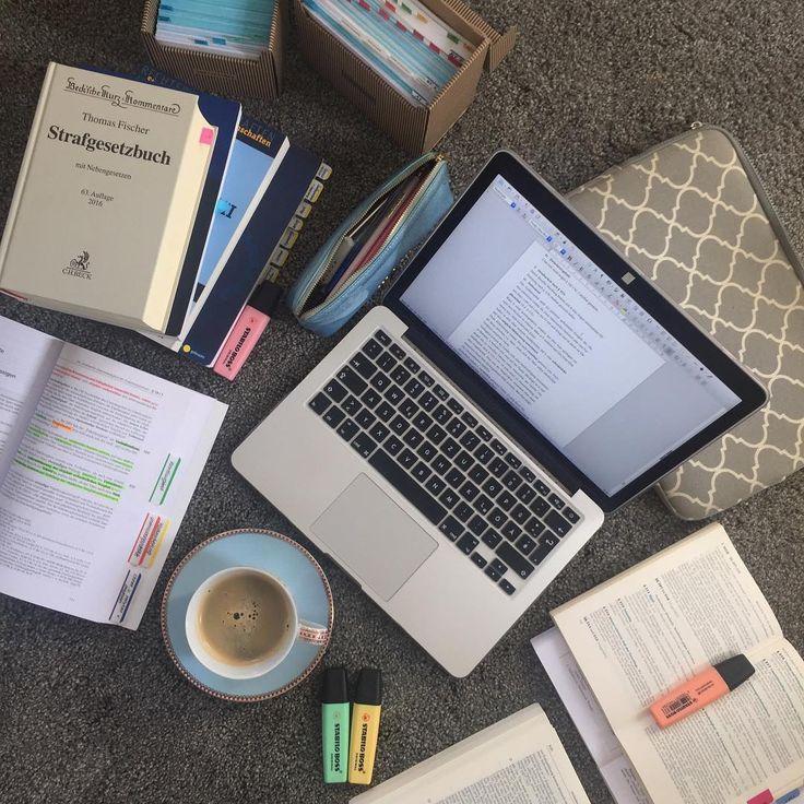 Heute wieder vom Teppich aus Kaffee und Literatur stehen bereit, jetzt fehlt nur noch die Motivation Ich freue mich so auf den Tag der Abgabe, ihr könnt es euch nicht vorstellen! Bis dahin muss noch einiges erledigt werden, aber am liebsten wäre ich vor dem Wochenende fertig. Habt einen schönen Tag und vergesst nicht, das schöne Wetter zu genießen ☀️