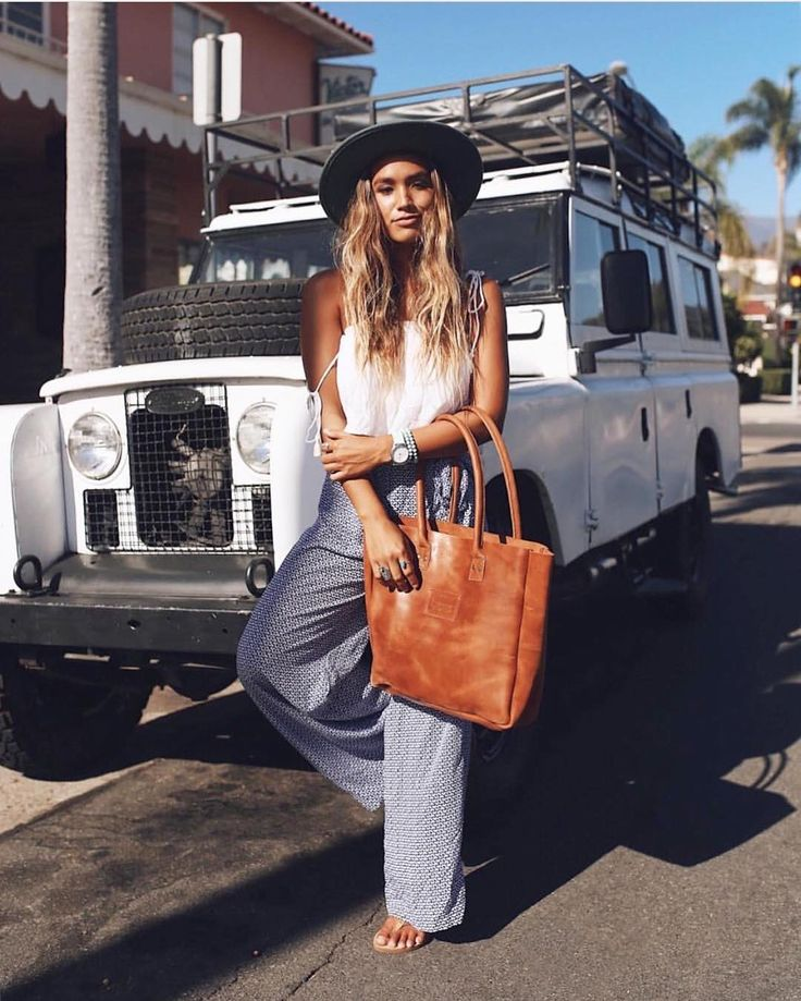 Sunday cruising || All ready to go with @erynkrouse in the Addi Top Pearl & Origami Tie Pant Iris (shop the link in our bio)  #california #ootd #beachgold