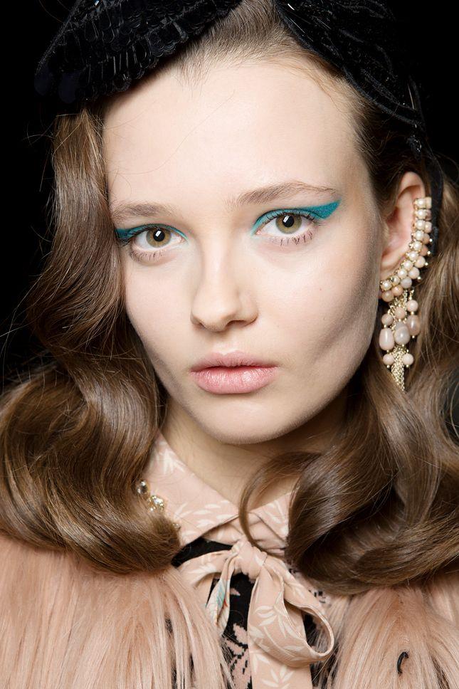 Стрелки разного калибра, угольные штрихи и другие тренды макияжа Недели моды в Милане   Красота   Тенденции   VOGUE
