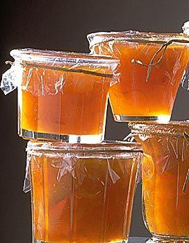 Recette Confiture d'abricot aux oranges et aux amandes : La veille. Lavez, essuyez les abricots dans un torchon propre. Dénoyautez-les. Râpez finement les z...