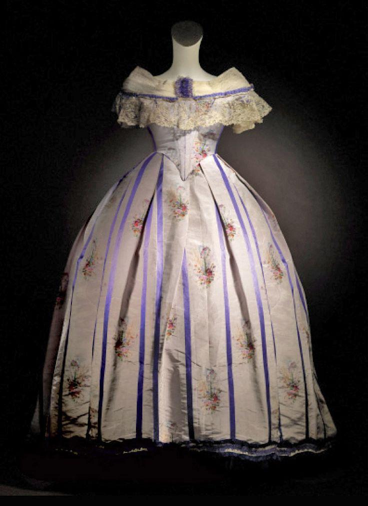 Evening dress, French, ca. 1860. Silk brocade with applications of tulle & silk ribbon. soytotalmentepalacio.com.mx