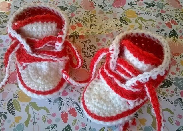 Virkkaa vauvalle tossut. Samalla ohjeella syntyy helposti myös tennarit isille. Crochet sneakers to a baby. | Unelmien Talo&Koti Kuva ja ohje: Anette Nässling