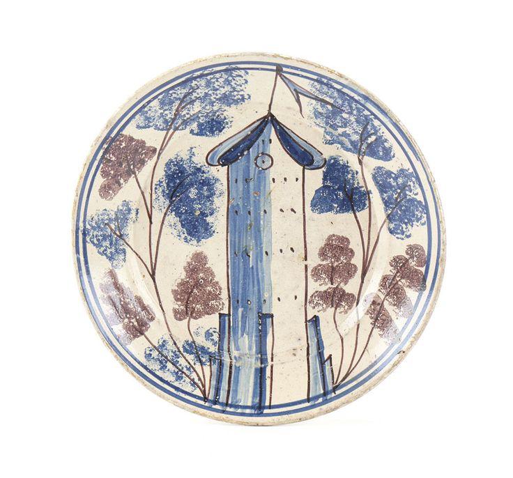 Prato em faiança portuguesa, fabrico de Coimbra - Brioso. Decoração a azul e vinoso representando torre com bandeira em paisagem
