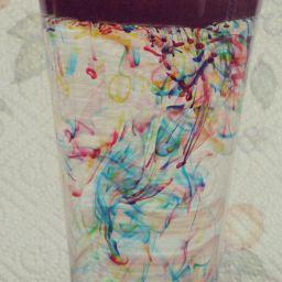 Feu artifice dans verre avec eau, huile et colorants alimentaires. Expérience.