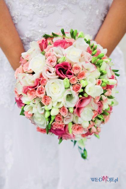 bukiet kula z kolorowych kwiatów