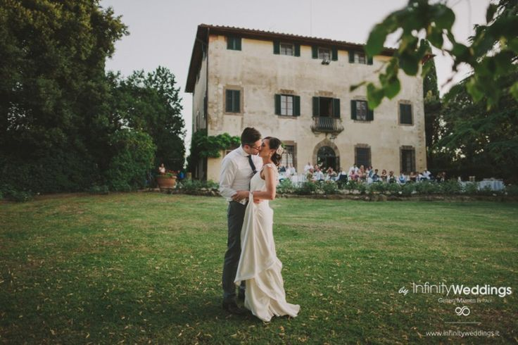 Anita and Luke's amazing wedding in Tuscany: first dance in the villa's garden.. too cute!!