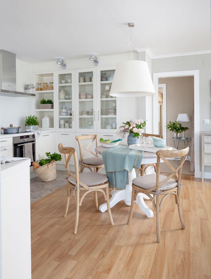 00455187 O. Cocina en blanco con suelo de madera y office de madera y lámpara blanca 00455187 O