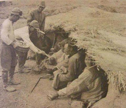 南京で市民に食糧を配る帝国陸軍兵士