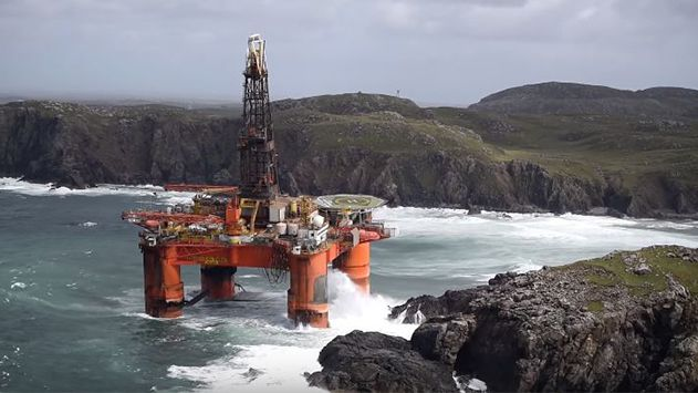 Una plataforma petrolera encalla en una playa escocesa | Discovery MAX