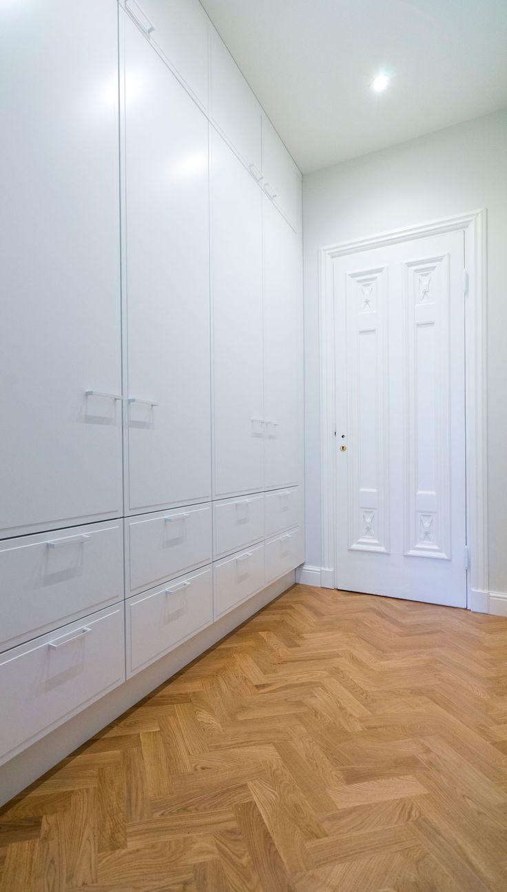 Jugendtalon vaatehuone sai remontissa erikoismittaiset Unique Home -kaapistot, joissa erikoisuutena ovipintaan asennetut peitelevyt.