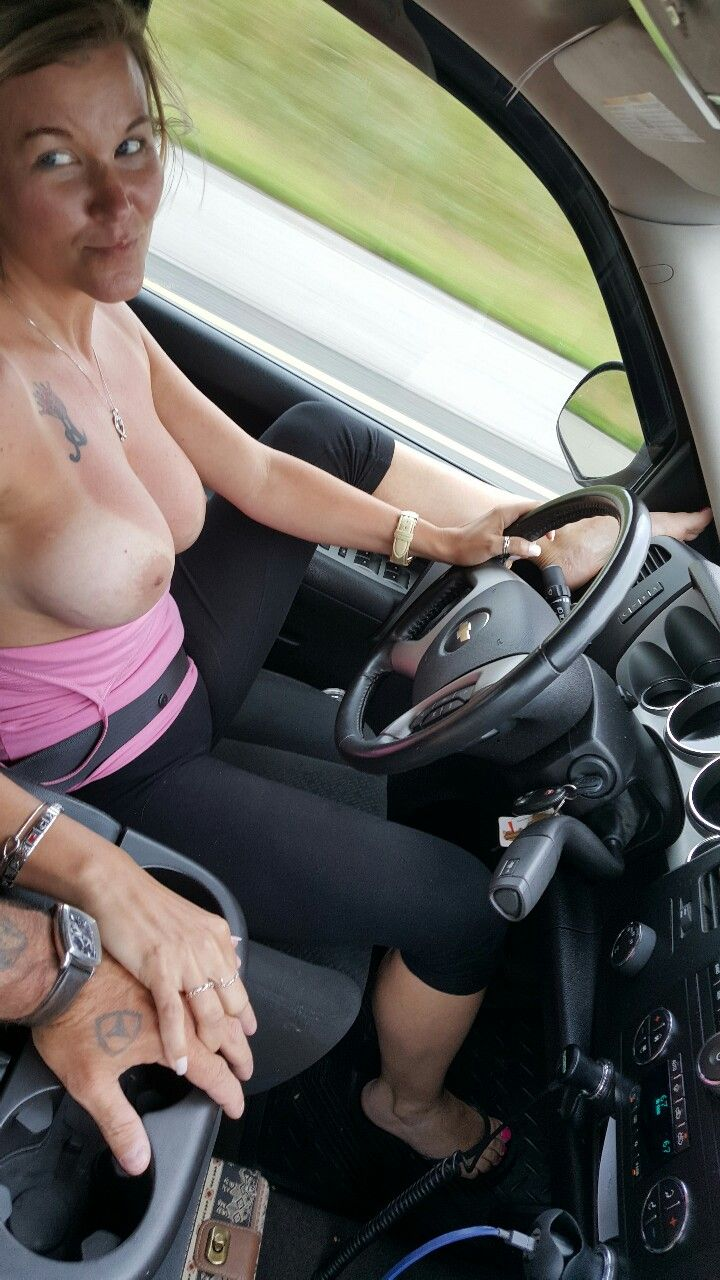 Filles qui conduisent nues
