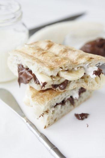 """""""ヌテラ""""+バナナのフルーツサンド。   パニーニに挟んで、イタリア風の朝のパン。  ヌテラ(Nutella)は、ヘーゼルナッツペーストをベースにしたチョコレート風味のスプレッド。 ヌテラとバナナの甘みが、パニーニによく合う。"""