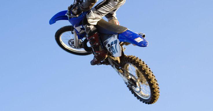 Como deixar a moto TTR 125 mais alta. A moto de rua Yamaha TTR 125LV e a de trilha 125L são predefinidas com cerca de 80 cm de altura do assento, proporcionando cerca de 26 cm de altura livre do solo. Pilotos com pernas mais longas ou com centro de gravidade mais baixo podem precisar de mais altura em relação ao solo quando estiverem andando em sulcos profundos. Você torna a moto mais ...