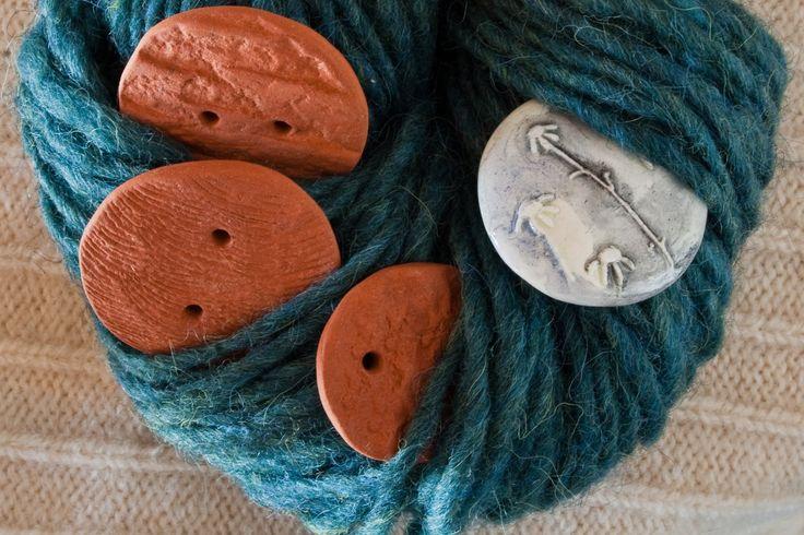 I bottoni artigianali in ceramica di Kreaktivarium abbinati alla bellissima lana rustica color blu petrolio Nordkap -  100% naturale - matasse da 100 gr - www.kreaktivarium.com