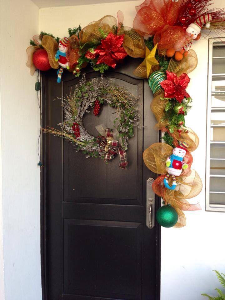 Puerta con guirnalda navideña