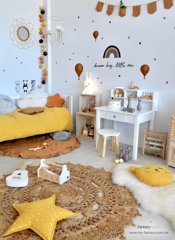 Kinderzimmer in warmen Farben mit cognacfarbenen Wandstickern von Stickstay
