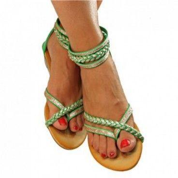 Die tolle Farbe und das schöne Riemchenspiel machen diese #Sandalen zu etwas besonderem. Die #Zehentrenner sind angenehm zu tragen und fallen sofort ins Auge. Sie passen wunderbar zu Shorts und kurzen Röcken. Unser Preis: 14,90 €