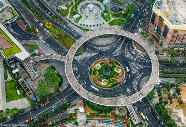 Dit is niet een screenshot van SimCity, maar een echt kruispunt in de Chinese stad Sjanghai. De cirkel boven het kruispunt is een wandelpad....