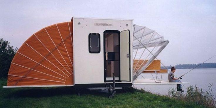 """Imaginé par l'architecte néerlandais Eduard Böhtlingk, """"L'Auvent"""", sorte de camping-car dépliable à la fois stylé et pratique, tente de couper court à la fatalité. 1985"""